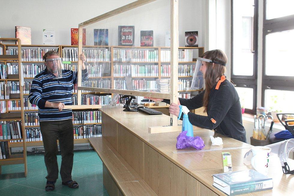 Jičínská knihovna Václava Čtvrtka se narychlo připravuje na příchod prvních čtenářů. Shání rukavice, roušky, dezinfekci, instaluje ochranný štít ve výpůjčních prostorách.