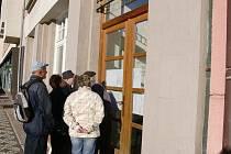 Lidé čtou výsledky voleb na jičínské radnici.
