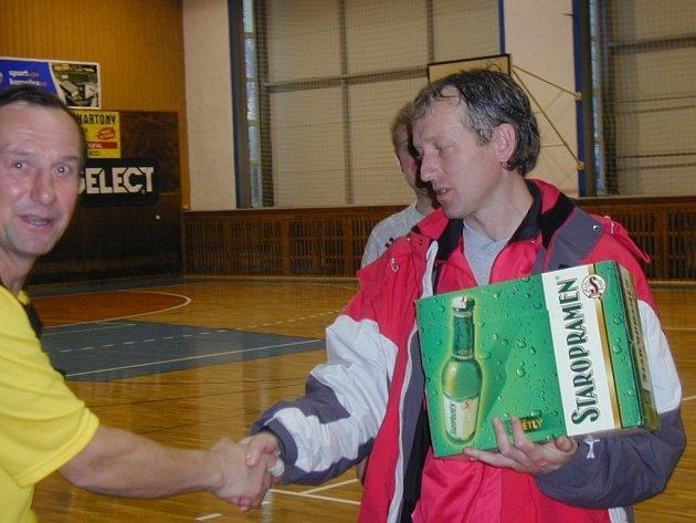 Ceny nejúspěšnějším předával hlavní organizátor Jindřich Kolumpek (vlevo). Druhé místo obsadilo Rento, kapitán Roman Mikolášek byl spokojen.