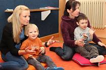 Hraní a zpívání s dětmi v bělohradské knihovně.