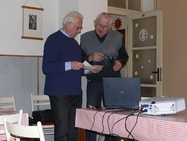 Předseda ostroměřské organizace Českého zahrádkářského svazu Milan Volejník (vpravo) s ing. Otto Maclem před zahájením besedy s promítáním.