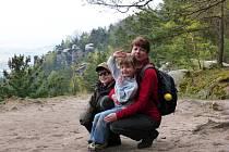 Marek s maminkou a sestrou chvíli před stanovením diagnózy, duben 2014.