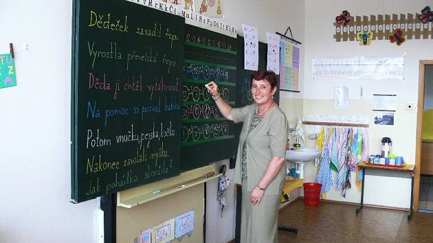 Učitelka Helena Miesnerová v jedné ze tříd, kde by mohli najít útočiště předškoláci.