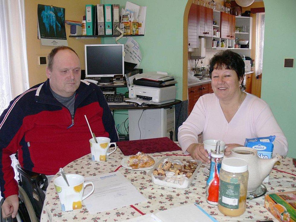 Pečovatelka roku 2009 Marcela Pelikánová doma ve Staré Pace se svým manželem Janem.