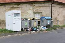 Často neutěšený stav kolem kontejnerů v Sedličkách.