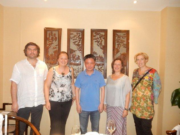 Známý čínský spisovatel Ju Chua s přáteli.