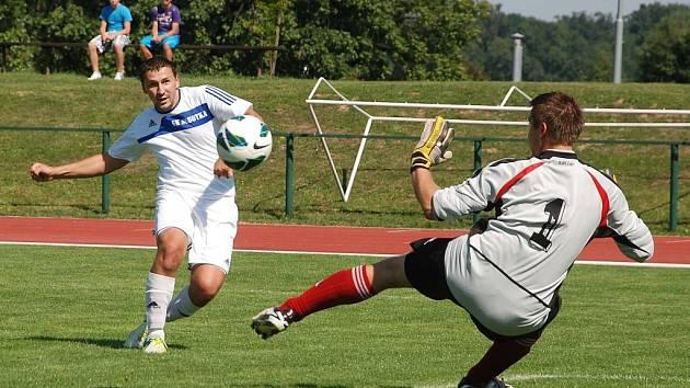 Sobotecký Zdeněk Rulc, střílí první ze svých tří gólů jičínskému béčku.