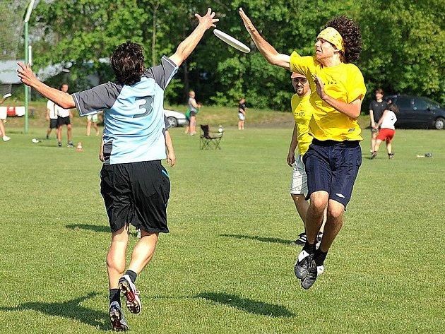 Frisbee ultimate - soutěž s létajícími talíři.