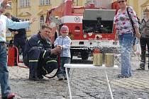 Techniku předváděli hasiči při příležitosti výročí už první májový den na jičínském náměstí.
