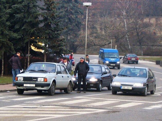 Drobná dopravní nehoda u Komerční  banky v Jičíně.