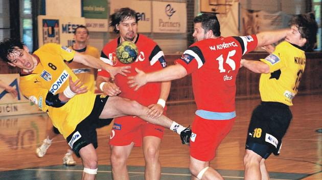 Jičínští hráči  Martin Bareš a Michal Kvasnička (ve žlutém) prorážejí obranný val hostí.