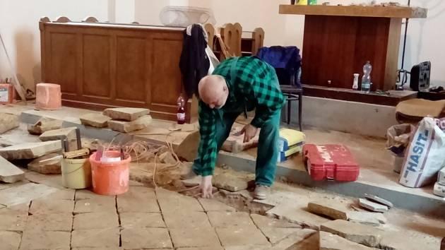 Opravy hořické synagogy.
