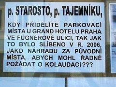 Výzva vylepená ve výloze jičínského hotelu Praha.
