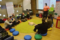 Z přednášky o geocachingu spojené s instruktáží první pomoci.