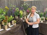 ZDEŇKA NIKODÉMOVÁ představuje výstavu rostlin . Veřejnost si mohla prohlédnout i  pozemky firmy.