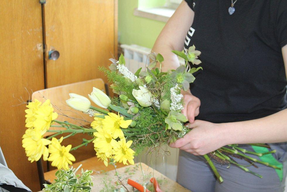 Studenti z Kopidlna v těchto dnech vážou květiny pro maminky. Kytice budou k prodeji ve školním květinářství.