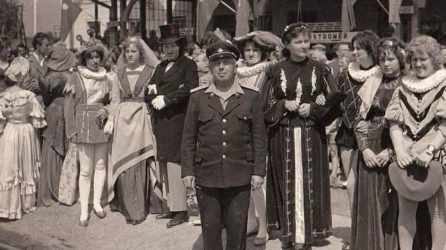 Oslavy 80. výročí vzniku trati na nádraží v Hořicích, v popředí výpravčí Karel Křapka.