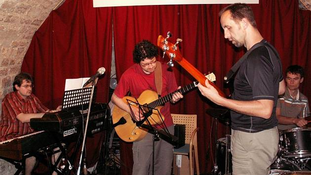 Kapela Ostaš při vystoupení v Paris-Prague Jazz Clubu v ulici Bonaparte v Paříži.