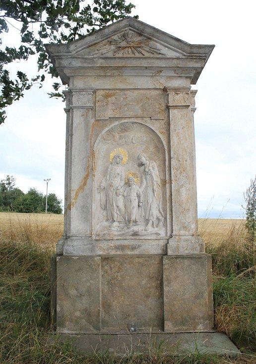 Sochu s vyobrazením Svaté rodiny o prázdninách poničili vandalové.