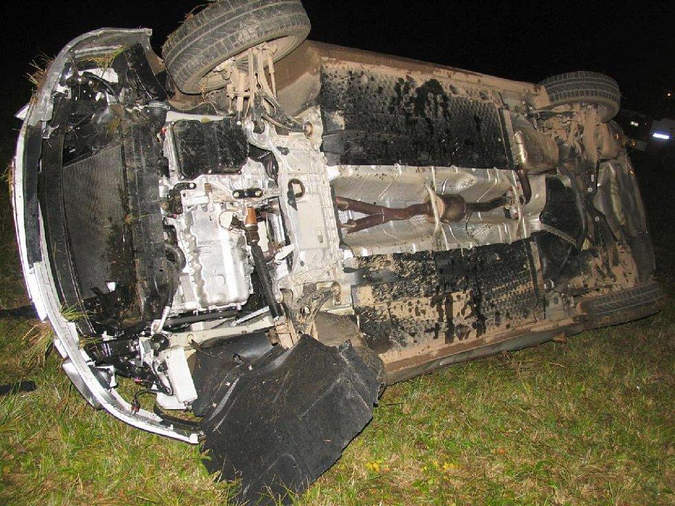 V úterý 11. listopadu jel na Jičínsku sedmatřicetiletý řidič oktávií od Lázní Bělohrad směrem na Choteč. U Svatojánskáho Újezdu však vlivem nepříměřené rychlosti havaroval. Naštěstí nebyl zraněn, škoda činí 180 tisíc korun.