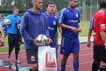 K PORÁŽCE VELIMI a postupu Nové Paky do druhého kola Ondrášovky Cupu přispěl svým výkonem také Jakub Vích (na snímku uprostřed), který přišel na půlroční hostování z Jičína.