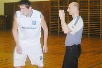 Jičínský basketbalový trenér Kamil Horyna (vpravo).