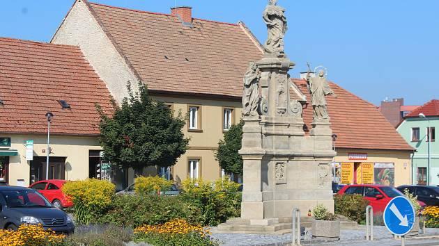 Přímo uprostřed náměstí se městu podařilo zrekonstruovat dominantní morové sousoší. Opravy náměstí stále pokračují, polovina už je ale hotová.