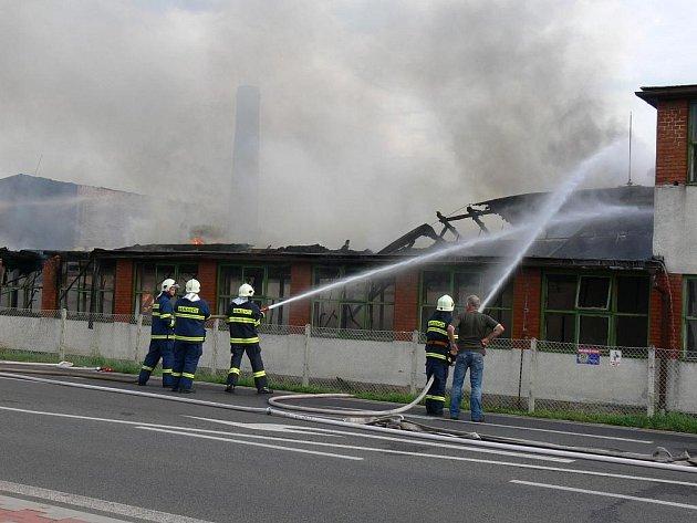 Hašení požáru v Hradecké ulici.