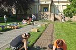 Do záhonů v lázeňském městě zaklekli i učitelé zahradnické školy.