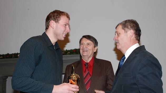I FOTBAL měl své zastoupení mezi vyhodnocenými. Jiří Macháček (vlevo), jedna z opor vedoucího celku divizní skupiny C, 1. FK Nová Paka, převzal pohár a blahopřání od představitelů USJ Františka Vitocha a Václava Nidrleho.