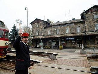Ostroměřské nádraží v dopravní špičce.