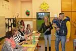 Volby ve Valdicích, v krásném prostředí základní školy.