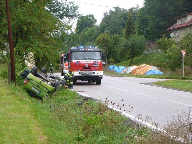 Po nehodě ve Štikově skončilo auto na střeše a dva lidé vpéči záchranářů.