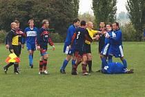 Při okresním derby v Sobotce se hodně diskutovalo. Bratři Romanovi při debatě s rozhodčím po faulu na jejich hráče.