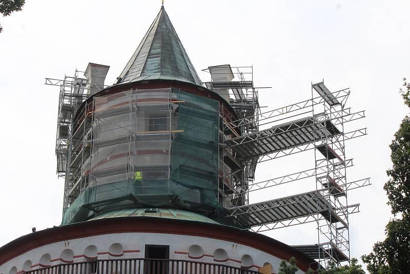 Rozsáhlá revitalizace loveckého zámku začala letos a měla by trvat až do roku 2023. Postupně dojde k opravě exteriéru, ale také vnitřních prostor zámku.