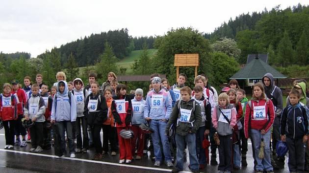 Účastníci okresního kola dopravní soutěže mladých cyklistů.
