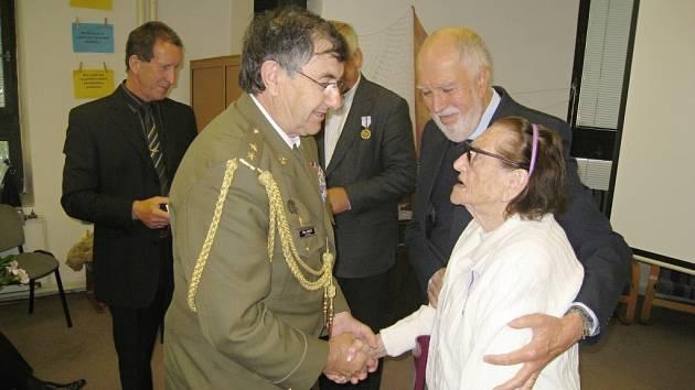 Vilém Janouch předává za Český svaz bojovníků za svobodu pamětní medaili Miluši Hakenové.