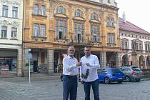 Bohdan Čančík přebírá klíče od hotelu Centrál od Vojtěcha Kubálka.