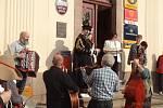 Peckovská slavnost na náměstí a v knihovně.