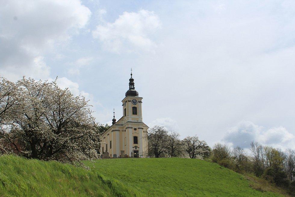 Vladimíru Komárkovi se kostel sv. Petra a Pavla líbil z dálky při projížďkách Konecchlumím.