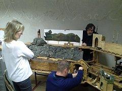 Renovaci betléma svěřili potomci Vincence Novotného Vojtěchu Jonášovi (v pokleku), který má na starosti konstrukce. Na restaurátorské práce dohlíží akademický malíř Josef Čoban.