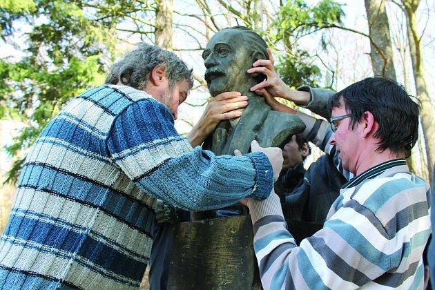 Odhalení nové busty J. B. Foerstera bylo stanoveno  na  16. dubna 2013 v 17 hodin. Je umístěna opět na Čeřovce.
