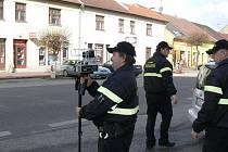 Měření rychlosti v jičínské Poděbradově ulici.