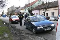 Měření rychlosti a kontrola dokladů řidičů i vozidel v jičínské Poděbradově ulici.