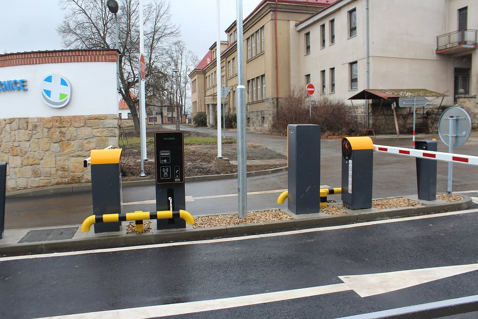 Nemocnice v Jičíně od pondělí zprovozní hlavní vjezd z Bolzanovy ulice a zároveň vjezd do areálu včetně parkování zpoplatní.