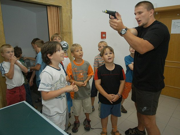 Ukázka zbraní zajímala především chlapce.