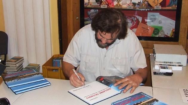 Cestoval Leoš Šimánek při autogramiádě na své jičínské diashow v kulturním domě.