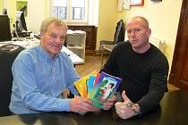 Starosta Újezdu pod Troskami Jiří Kubišta (vlevo) a Jaroslav Švejda si v redakci Deníku převzali ceny za vítězství v anketě o nekrásnější vánoční strom.