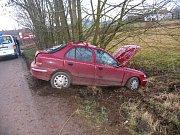 Na mokré vozovce dostal smyk sedmadvacetiletý řidič jedoucí od Chomutic na Jičínsku k Novému Bydžovu. Narazil do náletových dřevin, spolujezdkyně utrpěla lehké zranění, požití alkoholu řidičem bylo na místě vyloučeno.