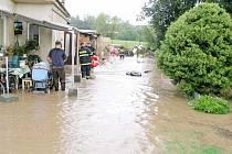 Hasiči odstraňovali vodu ve Chvalině.